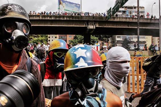 The Venezuelan routine between bullets and gases
